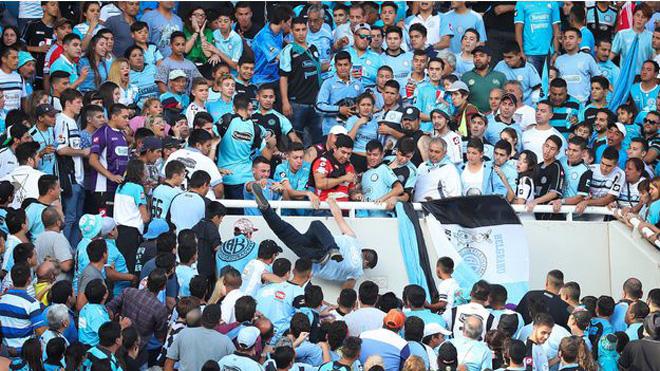 SỐC: Đi xem bóng đá, một CĐV chết thảm vì bị đẩy ngã từ khán đài