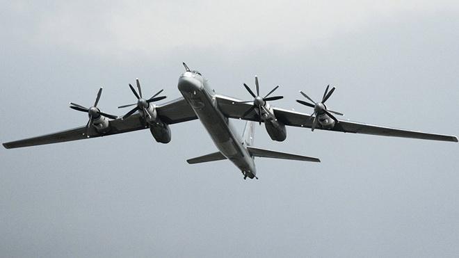 Bộ Quốc phòng Nga nói gì về việc Tu-95 bị F-22 Mỹ 'kèm chặt'?