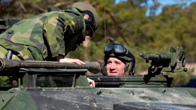 Thủ tướng Thụy Điển bất ngờ tới đảo Gotland lái xe tăng