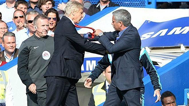 Arsenal: Wenger sẽ thay đổi từ cái bắt tay với Mourinho?