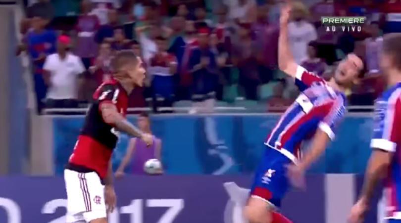 Sửng sốt với pha ăn vạ thô thiển chưa từng thấy ở giải vô địch Brazil