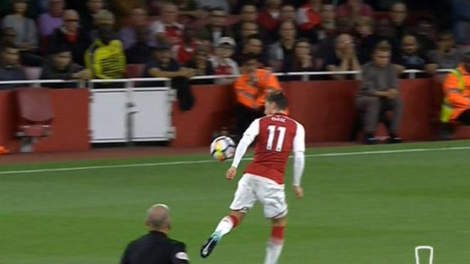 May mắn cho Arsenal! Trọng tài bỏ qua pha Oezil dùng tay chơi bóng ở bàn của Ramsey