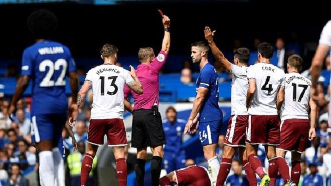 QUAY CHẬM: Gary Cahill vào bóng quá nguy hiểm, xứng đáng nhận thẻ đỏ đầu tiên của Premier League