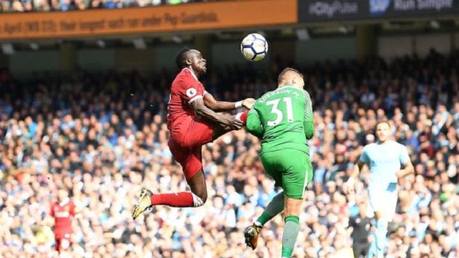 Gary Neville bất ngờ 'bênh' Mane, mắng trọng tài phá hủy trận Man City - Liverpool