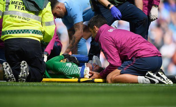 Gary Neville bất ngờ 'bênh' Mane, mắng trọng tài phá hủy trận Man City – Liverpool