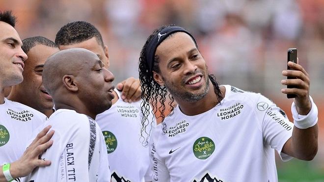 KHÔNG TƯỞNG: Ronaldinho ghi bàn từ cự ly phải đến 55m