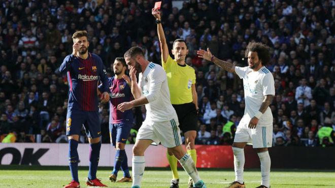 'Bàn tay của Chúa' của Carvajal không thể cứu được Real Madrid thảm bại trước Barca