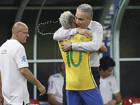 HLV Brazil phớt lờ Neymar, chọn Ronaldo. Messi và Ronaldo không bỏ phiếu cho nhau