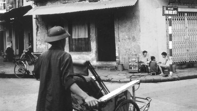 Triển lãm ảnh '10 năm - Vì tình yêu Hà Nội': 'Phố Phái' ra phố đi bộ