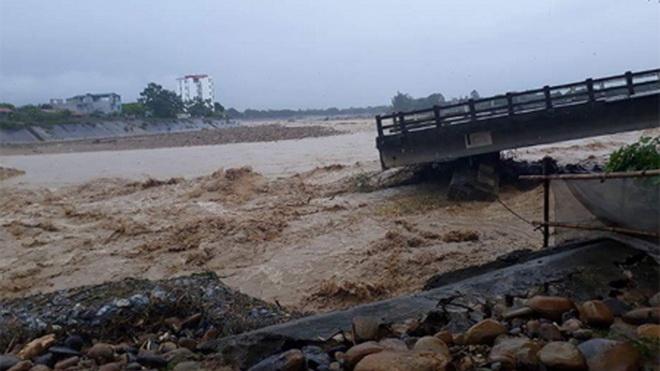 Mưa lũ tại Yên Bái: Sập cầu Ngòi Thia ở Nghĩa Lộ, phóng viên TTXVN bị cuốn trôi khi đang tác nghiệp