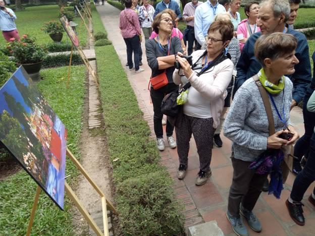 Khách quốc tế trầm trồ trước vẻ đẹp Văn Miếu ở triển lãm Thu Vọng Nguyệt