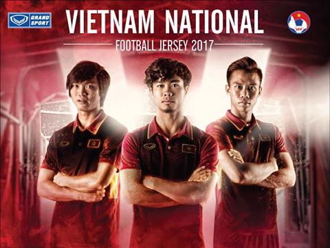 Công Phượng và Ngọc Hải chất với áo đấu mới của tuyển Việt Nam, đội Công Vinh tậu được Việt kiều