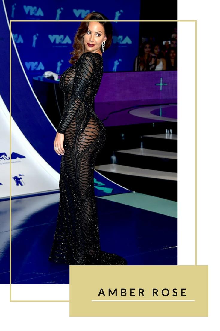Không năm nào Amber Rose không gây sốc với những bộ váy hở hang trên thảm đỏ. Tại VMAs 2017, cô nàng tiếp tục thể hiện cá tính trong bộ váy đen với những đường cắt gợi cảm