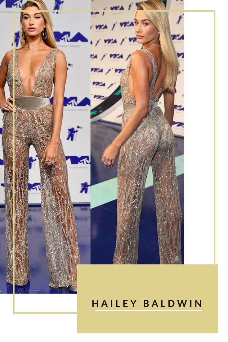 Chân dài 20 tuổi Hailey Baldwin diện jumpsuit màu ánh bạc xẻ ngực sâu tại lễ trao giải âm nhạc VMAs 2017