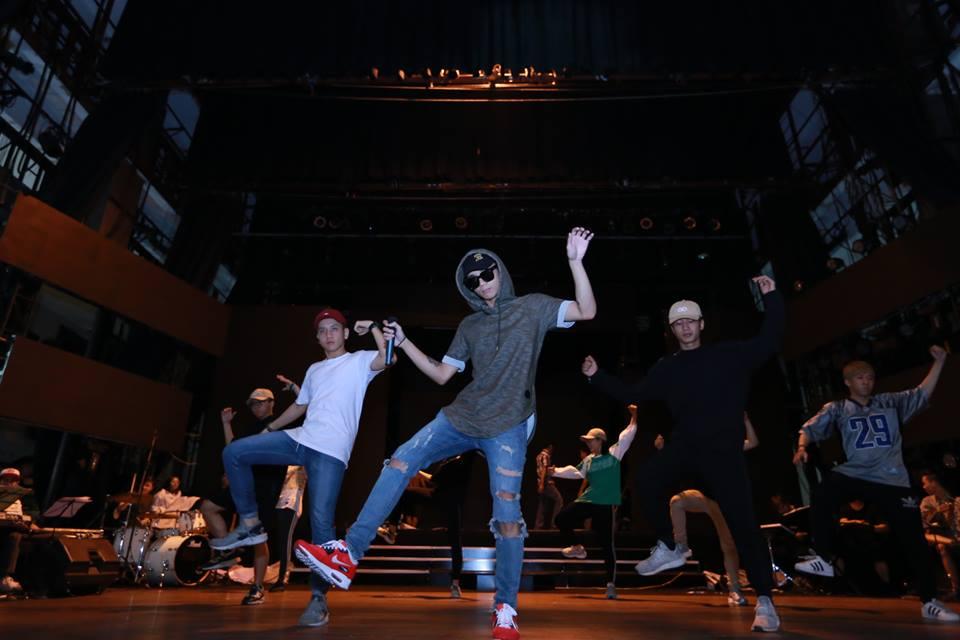 Soobin tạo dáng trong phần biểu diễn của mình