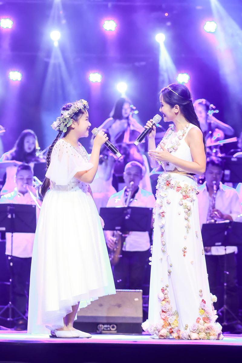 """Hồng Nhung """"khoe"""" chiếc váy được làm bằng hoa thật giúp cô """"hữu xạ tự nhiên hương"""" nhưng chỉ mặc được một lần"""