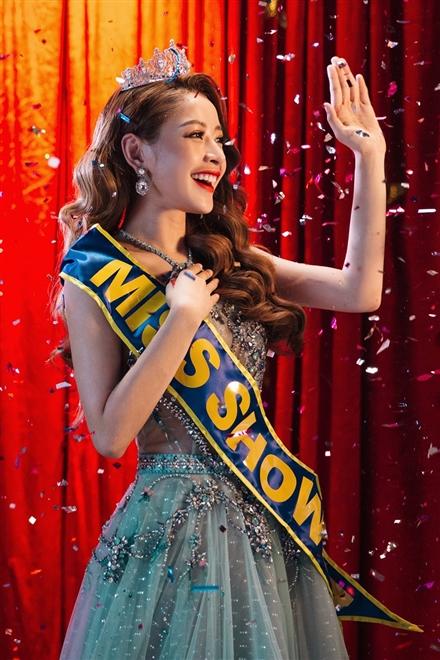 Từ nay, hãy gọi tôi là hoa hậu là một titlle báo trong MV của Chi Pu.