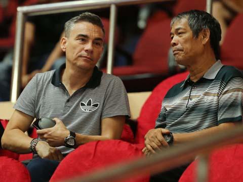 Sự có mặt của HLV Rodrigo trên khán đài là động lực cho các cầu thủ thi đấu dưới sân. Ảnh: Quang Phương