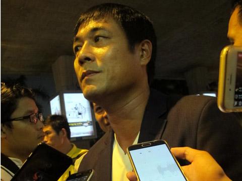 HLV Hữu Thắng trả lời tại sân bay Tân Sơn Nhất. Ảnh: Anh Tùng