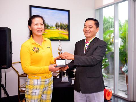 Đại diện BTC trao thưởng cho golfer