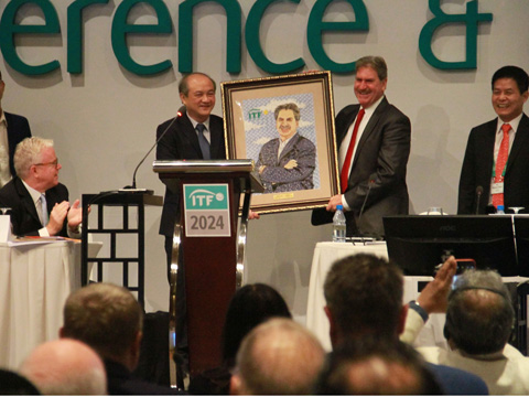 Tổng cục trưởng Tổng cục TDTT Vương Bích Thắng tặng quà cho ông David Haggerty tại ITF AGM 2017. Ảnh: P.L