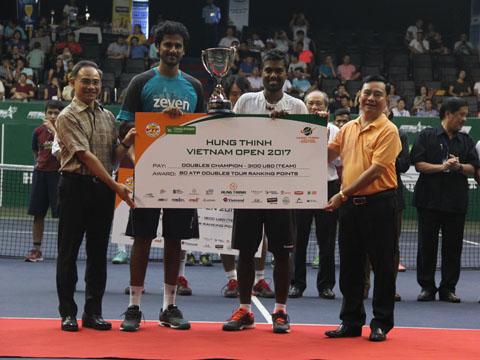 Đôi nam người Ấn Độ vô địch giải năm nay đầy kịch tính. Ảnh: V.H
