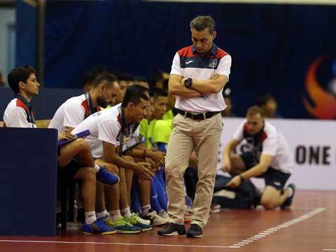 HLV Rodrigo bất lực khi các học trò quá yếu bóng vía mỗi khi đối đầu bóng đá Thái Lan. Ảnh: Lê Linh