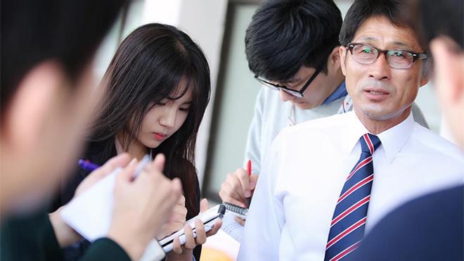 Nữ phóng viên xinh đẹp Hàn Quốc làm xao xuyến bao chàng trai ở sân Thống Nhất