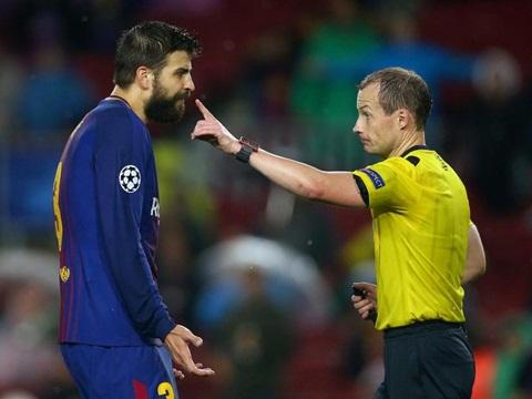 Pique lại ghi bàn... bằng tay, lần này bị đuổi, hại đồng đội, bị chính CĐV Barca 'ném đá'