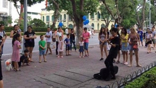Chuyện 'cháu bé kéo đàn tại Hồ Gươm': Đừng tự bịt mắt bởi định kiến