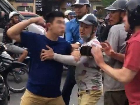 Vụ anh Tây và người yêu bị đánh ở phố Trần Khát Chân: Quyết định khởi tố, tạm giữ 2 đối tượng