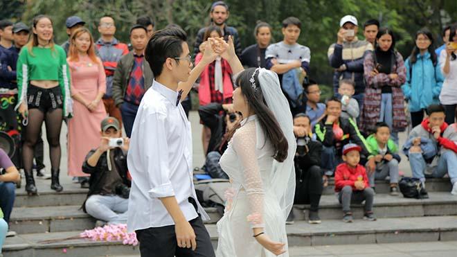 Nữ sinh Ngoại thương diện áo dài nhảy đón Xuân bên hồ Hồ Gươm