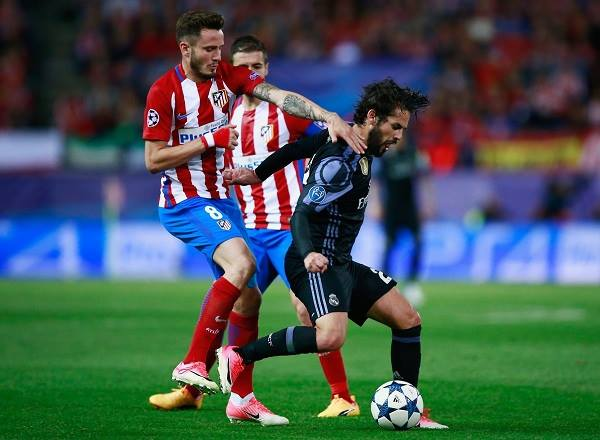 Isco trong vòng vây của các cầu thủ Atletico Madrid