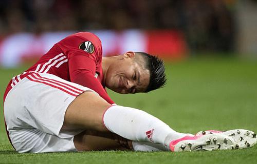 Rojo bị đau, không thể tiếp tục thi đấu