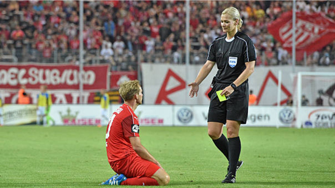 Bạn gái Howard Webb trở thành nữ trọng tài đầu tiên làm việc ở Bundesliga