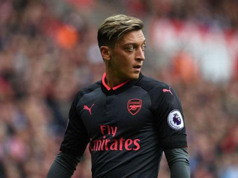 QUAY CHẬM: Oezil mắc sai lầm nghiêm trọng dẫn tới bàn thua của Arsenal