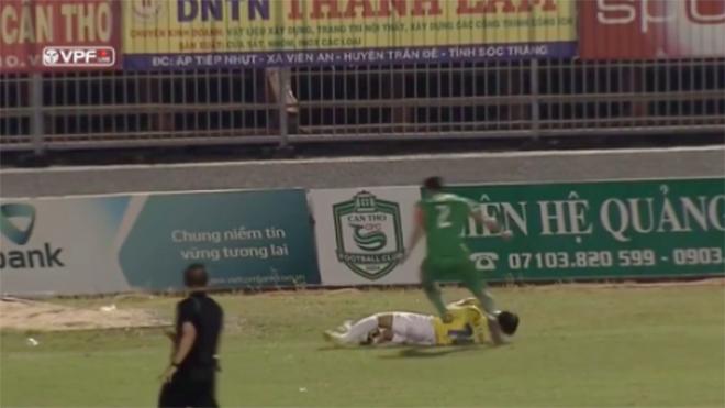 Trọng tài bỏ qua lỗi giẫm đạp của 'đồ tể V-League' nhiều lần bị 'treo còi'