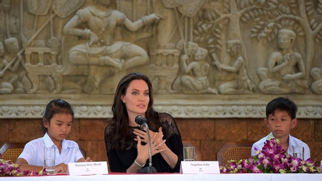 Angelina Jolie bác tin dùng tiền dụ trẻ em nghèo đóng phim