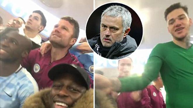 Thắng Tottenham, cầu thủ Man City hát chế nhạo: 'M.U dựng xe bus'