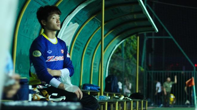 Phí Minh Long được HLV thủ môn dạy cách xếp hàng rào phạt