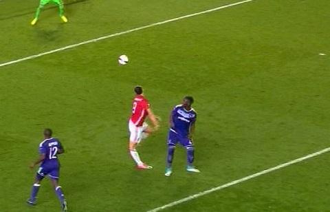 Pha tiếp đất không chuẩn của Ibrahimovic