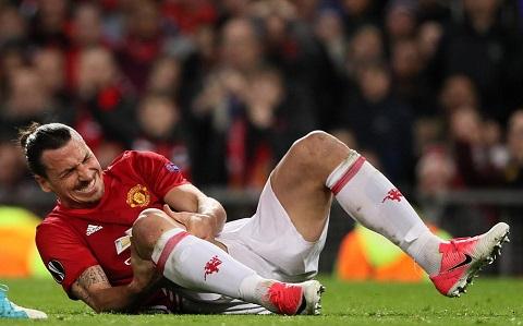 Ibrahimovic đau đớn nằm sân trước khi phải rời sân nhường vị trí cho Martial