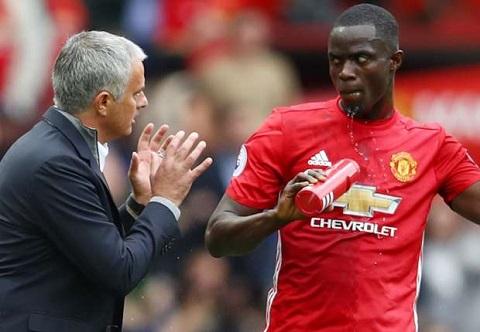 HLV Mourinho chỉ còn Bailly là trung vệ thực thụ