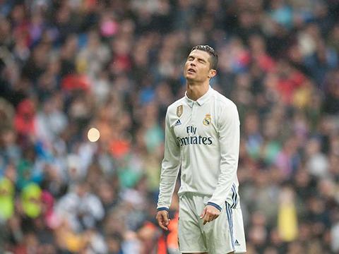 Casemiro vô tình phá hỏng kế hoạch... tẩy thẻ của Ronaldo