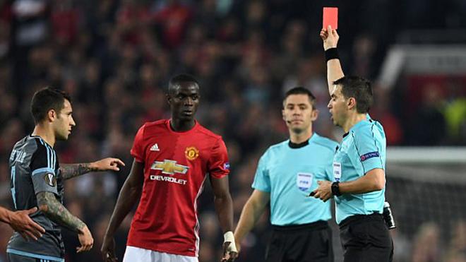 Eric Bailly nhận thẻ đỏ, đẩy Man United vào thế khó ở chung kết Europa League