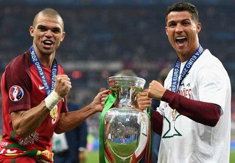 Ronaldo vui vẻ với chức vô địch EURO