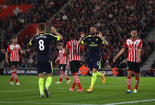 Arsenal thắng Southampton, Man United bị troll không thương tiếc vì trở lại vị trí thứ 6