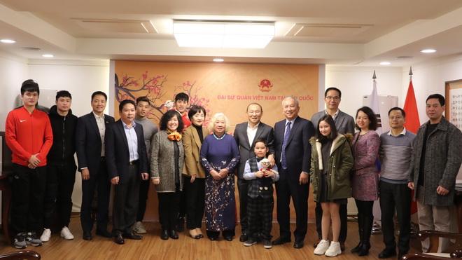 HLV Park Hang Seo và 4 tuyển thủ giao lưu tại Đại sứ quán Việt Nam ở Hàn Quốc