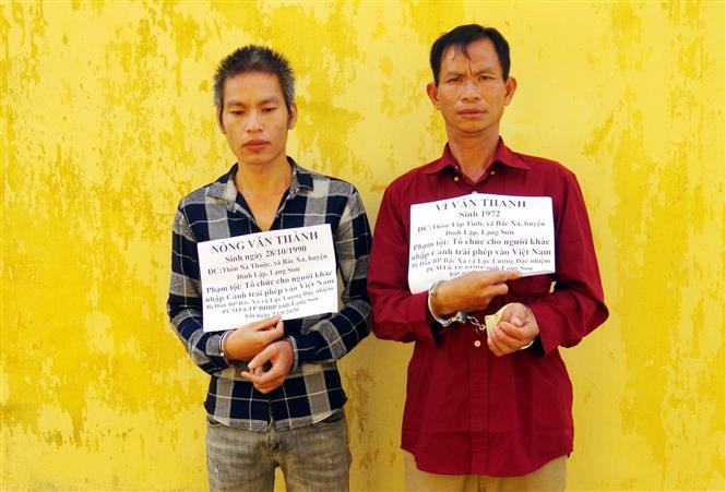 Đối tượng Nông Văn Thành và Vi Văn Thanh bị bắt . Ảnh: Thái Thuần-TTXVN