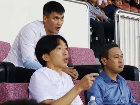 Công Vinh cùng HLV Miura trên khán đài sân Thống Nhất chiều tối 19/11. Ảnh: Duy Anh